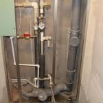 Как закрыть канализационные трубы: монтаж короба или фальшстены