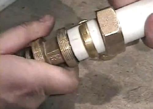 крепление металлопластиковых труб