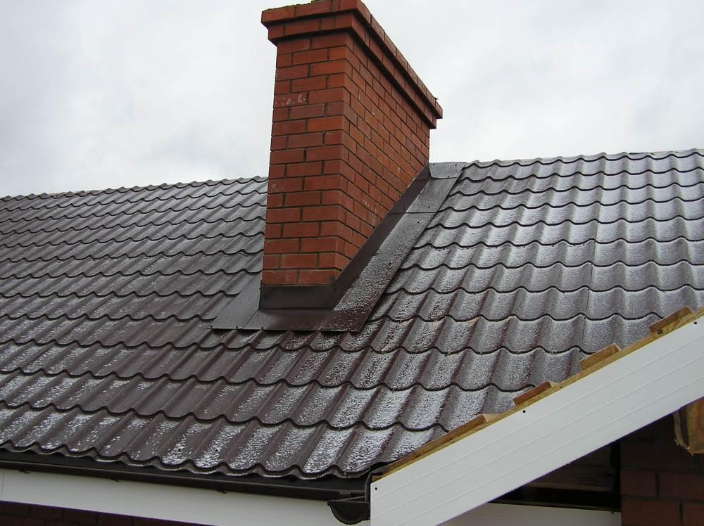 Tehlový komín na streche