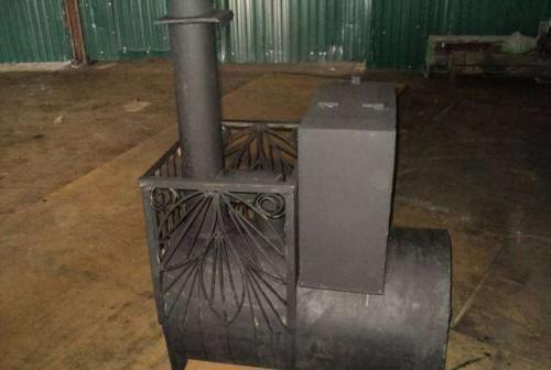 Печь в горизонтальном исполнении, оснащенная отсеком для камней и баком для воды