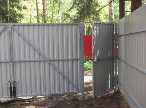 Установленные и обшитые профлистом ворота с калиткой