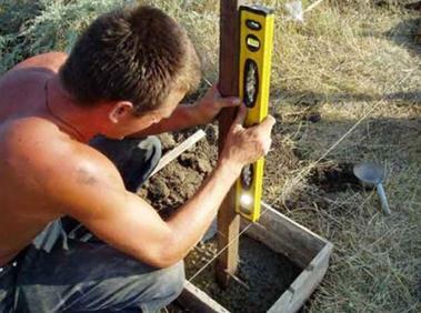 Проверка вертикальности столбов при установке
