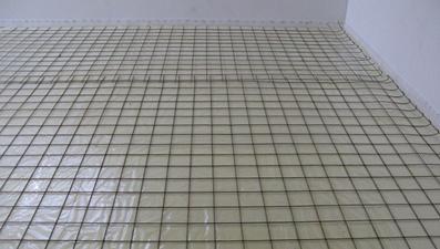 Монтаж армирующей сетки по периметру комнаты