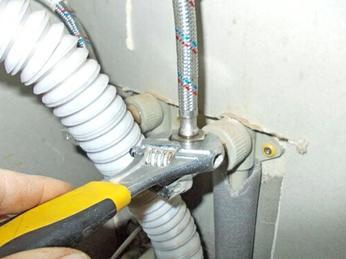Отсоединение гибкого шланга от водопроводной трубы