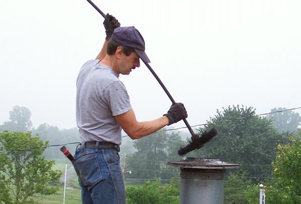 Использование ершика для очистки дымовой трубы