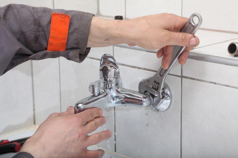 Демонтаж смесителя в ванной комнате