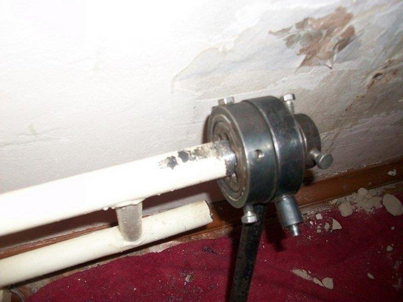 Нарезка наружной резьбы на трубе системы отопления