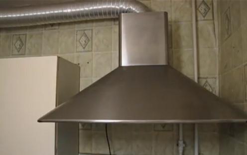Кухонная вытяжка и подсоединенная к ней вентиляционная труба смогут гармонично вписаться в интерьер кухни