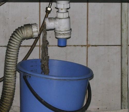 Разобранный участок канализационной системы