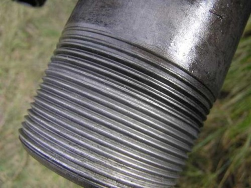 Отрез трубы с нанесенной своими руками резьбой для дальнейшей сборки трубопровода