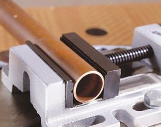 Придание трубе неподвижности с помощью тисков