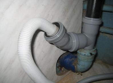 Обустройство соединения сливного шланга и канализационной трубы