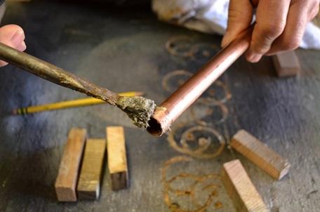 Обработка трубы флюсом перед пайкой