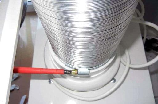 Фиксация воздуховода на кухонной вытяжке