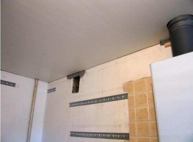 Скрытие труб под натяжным потолком