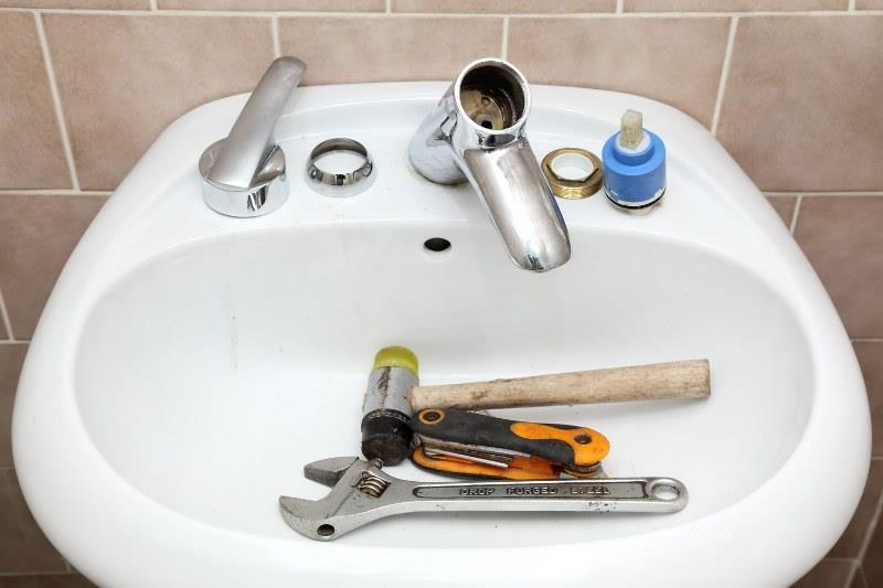 Как установить смеситель на кухне своими руками на мойку